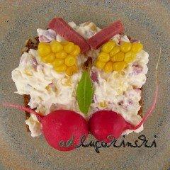 Frischkäse- Brotaufstrich mit Zunge, Mais, Radieschen, Lorbeerblatt