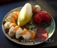 Chicorée, Zunge, Ei, Mandarine, Apfel, Rosinen, Kürbiskerne mit Frischkäse