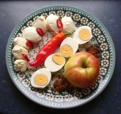 Paprika, Eier, Apfel, Rosinen mit Frischkäse