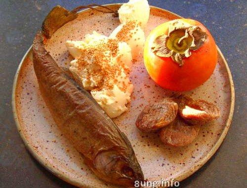 Zutaten für eine Frischkäsezubereitung mit Forelle, Khaki, Feigen,Senfkörnern