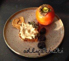 Frischkäse-Brotaufstrich-Rezept mit Khaki, Trockenobst, Kürbiskernen