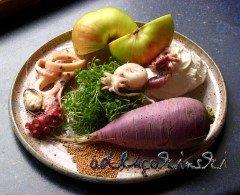Meeresfrüchte, Rettich, Kresse, Apfel, Senfkörner mit Frischkäse