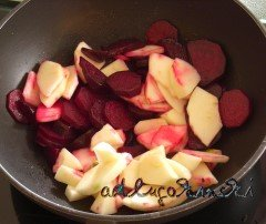 Äpfel und rote Bete im Wok