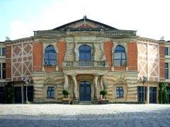 ♫ Parsifal in Bayreuth 2009 im Matrosen-Anzügle – Klingsor in Strapsen – Kundry im Umziehstress Kulturmagazin 8ung.info Dorle Knapp-Klatsch