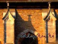 Kirche wirft Schatten
