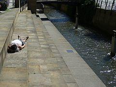 liegende Frau am Kanal