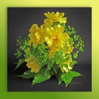 Blumengesteck: Gelbe Rosen, Wolfsmilch, Weinblätter