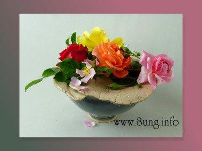 Rosen oder Pfingstrosen? Rosen Gesteck in einem Keramikobjekt