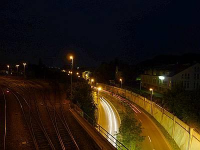Autos auf einer Strasse bei Nacht