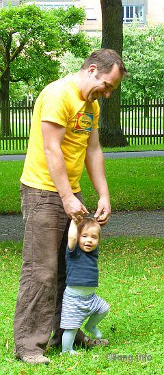 Bild des Tages: Vater und Sohn - erste Schritte Kulturmagazin 8ung.info Dorle Knapp-Klatsch