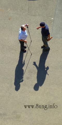 2 alte Männer mit Stöcken von oben, Schattenspiel