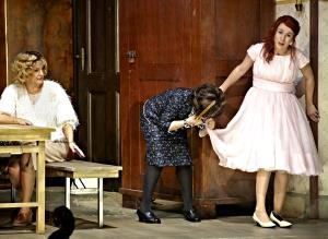 ♫ La Sonnambula in der Oper Stuttgart - allgegenwärtige Mutter Teresa | Kulturmagazin 8ung.info