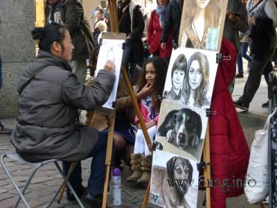 Malerin in der Fußgängerzone
