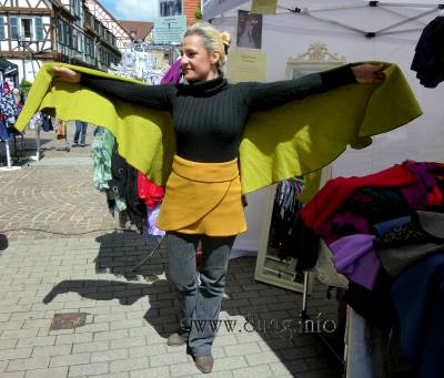 ☛ Bild des Tages: Seid umschlungen, Frauen aller Formate Kulturmagazin 8ung.info Dorle Knapp-Klatsch
