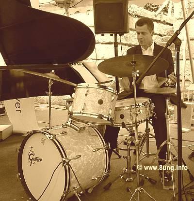 Bild des Tages: Schlagzeuger steppt und swingt in St. Georgen | Kulturmagazin 8ung.info