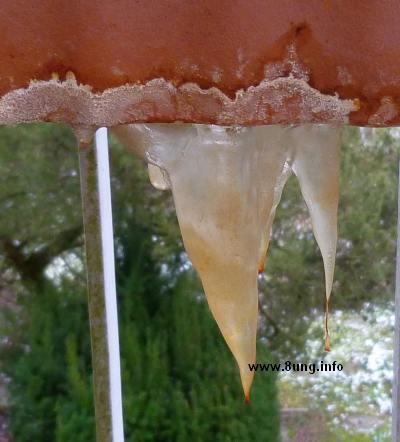 ☼ Bild des Tages: Wetter am 14. Januar - Eiszapfen unter dem Balkonkasten | Kulturmagazin 8ung.info