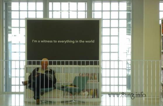Bild des Tages: allein unter Büchern | Kulturmagazin 8ung.info