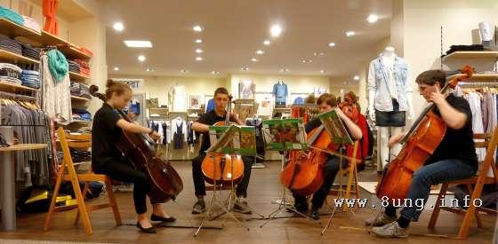 ♫ Klassische Musik zwischen Damenblusen und Umkleidekabinen Kulturmagazin 8ung.info Gesine Bodenteich