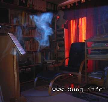 Vor dem Fest - nachtaktive Dorfbewohner - Rauch im dunklen Zimmer
