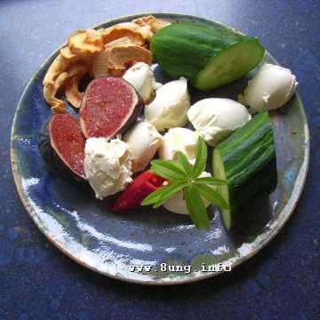 Feige, Trockenäpfel, Gurke, Paprika, Zitronenverbene mit Frischkäse