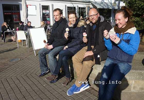 Eis essen in der kalten Sonne