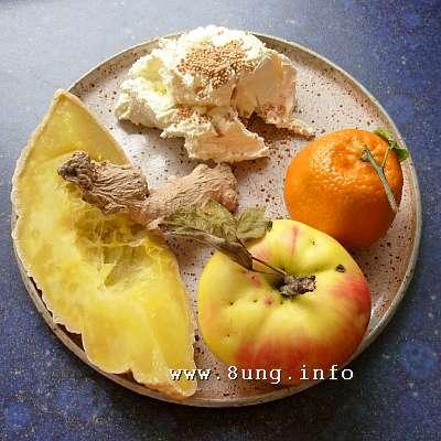 Kürbis, Apfel, Mandarine, Ingwer, Senfkörner mit Frischkäse vor der Zubereitung