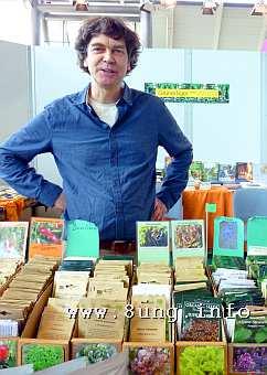 Pflanzenhändler mit Samentüten