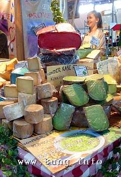 Käsestand mit grünem und rotem Käse