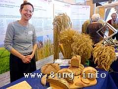 Fachfrau für Getreide auf der Messe