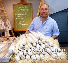 Metzger mit luftgetrockneten Würsten