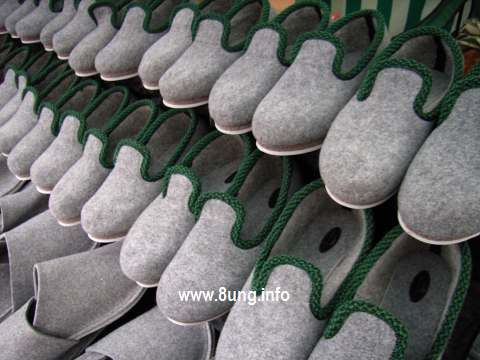 Filzpantoffeln Reihe an Reihe warten auf Käufer