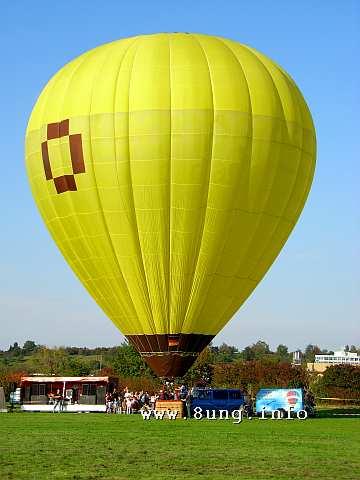 gelber Riesenballon vor blauem Himmel