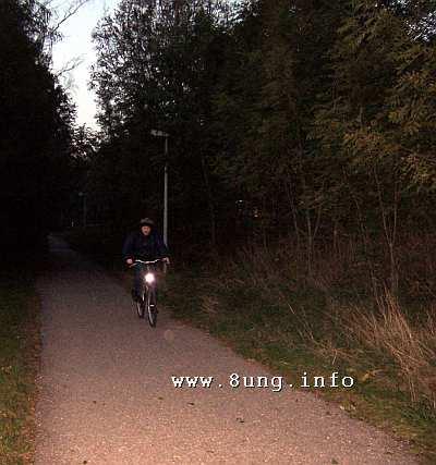 Fahrradfahrer im Dunkeln