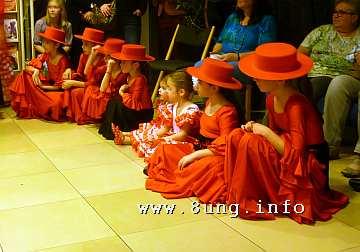 Kleine Flamenco-Tänzerinnen warten auf ihren Auftritt