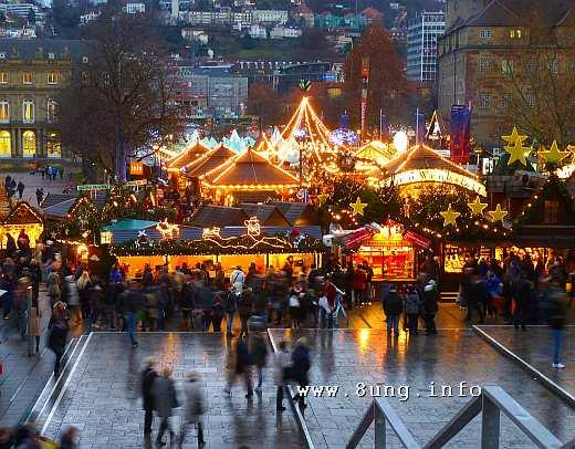 Weihnachtsmarkt beleuchtet, kalt und nass