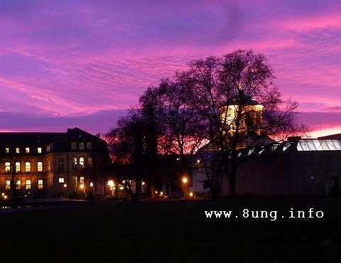 Fliederfarbener Himmel über hell erleuchtetem Neuen Schloss in Stuttgart