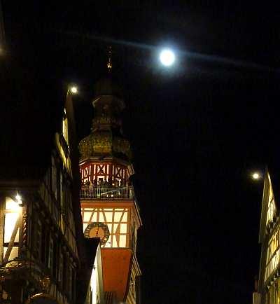 Rathausturm in Kirchheim bei fast Vollmond