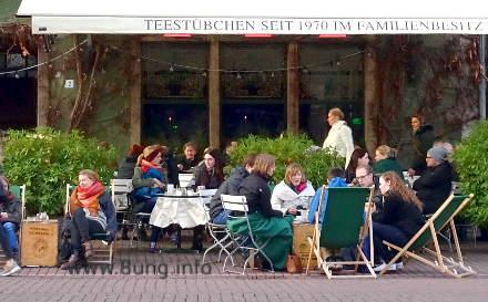 Gäste im kalten Straßencafe