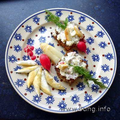 Spargel mit Ei, Radieschen, Dill und Frischkäse auf dem Volkornbrot