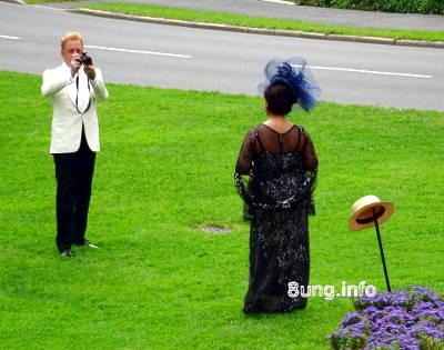 Tristan fotografiert Isolde vor dem Festspielhaus