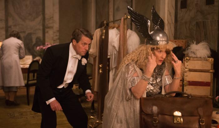 Florence Foster Jenkins (Meryl Streep) rüstet sich für ihren großen Auftritt. Ehemann St. Clair Bayfield (Hugh Grant) ist ihr größter Unterstützer. © 2016 Constantin Film Verleih GmbH
