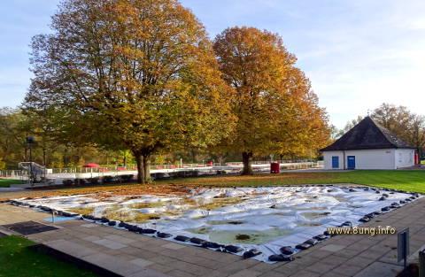 abgedecktes Freibad im Herbst