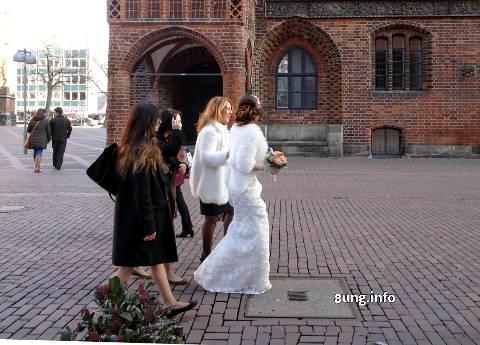 Braut mit Gefolge an einem kalten Tag