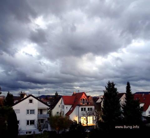 graue Wolken über Häusern