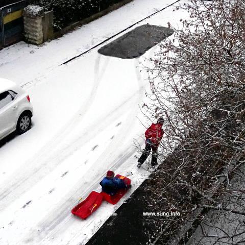 Kinder, Schlitten, wenig Schnee