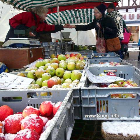 Schnee auf den Äpfeln, gute Laune bei Marktverkäufern und Kunden