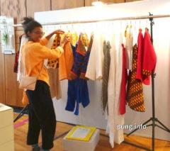 Designerin mit Mode in sonnigen Farben