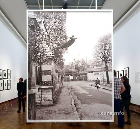 Yves Klein im Museum Bozar - Hechtsprung von der Mauer - Foto stark vergrößert