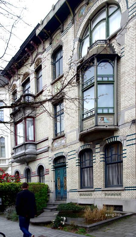 Kleiner Garten vor Jugendstil-Häuser in Gent