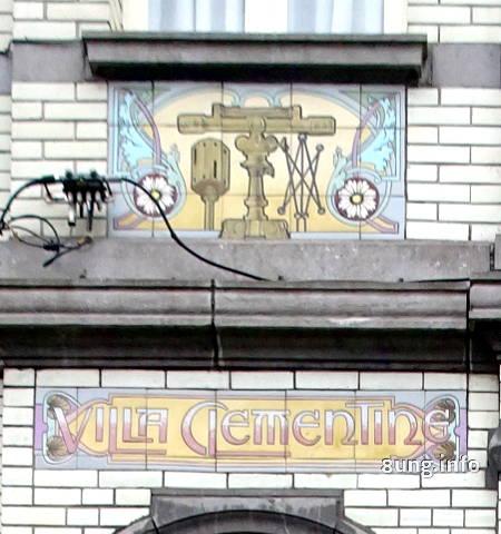 Hausname und Ornament an Jugendstil-Haus in Gent